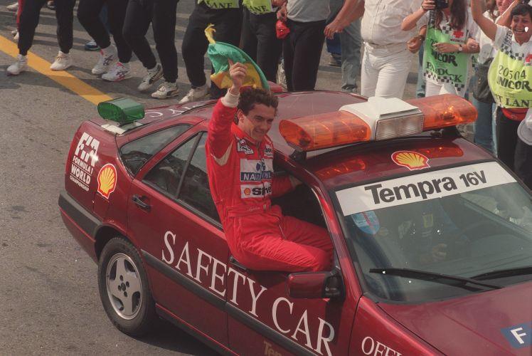 Piloto é carregado no safety car após a vitória no GP do Brasil-1993
