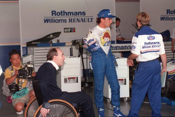 Piloto Ayrton Senna no boxe da Williams durante treino para o GP Brasil de F1