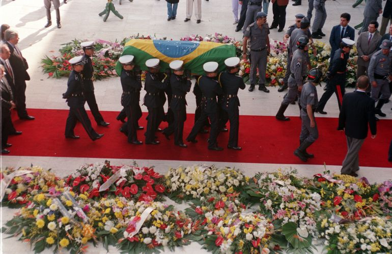 Público observa a chegada do corpo de Senna na Assembleia Legislativa