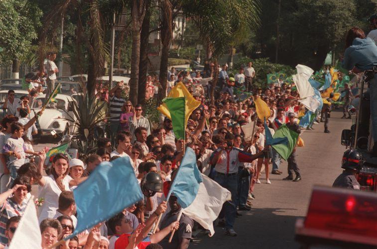 Bandeiras da cor do Brasil e azul e branco marcaram a passagem do caixão de Senna pelas ruas de São Paulo