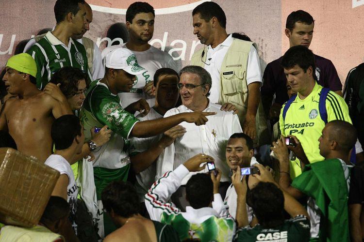 Presidente do Palmeiras, Luiz Gonzaga Belluzzo (centro, de óculos), assiste ao jogo contra o Sport nas tribunas da Ilha do Retiro