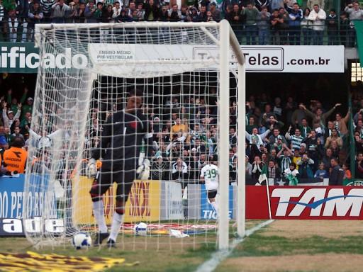 Bruno busca a bola dentro do gol durante a goleada do Coritiba sobre o Flamengo