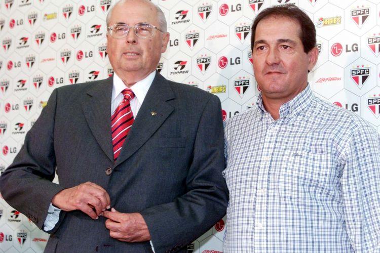 O técnico Muricy Ramalho foi apresentado no São Paulo em março de 2006 pelo então presidente Marcelo Portugal Gouvêa, que morreu no final do ano passado