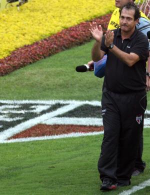 Técnico Muricy Ramalho agradece os gritos dos torcedores após o empate de 1 a 1 com o Atlético-PR, que garantiu o quarto título brasileiro da história do São Paulo