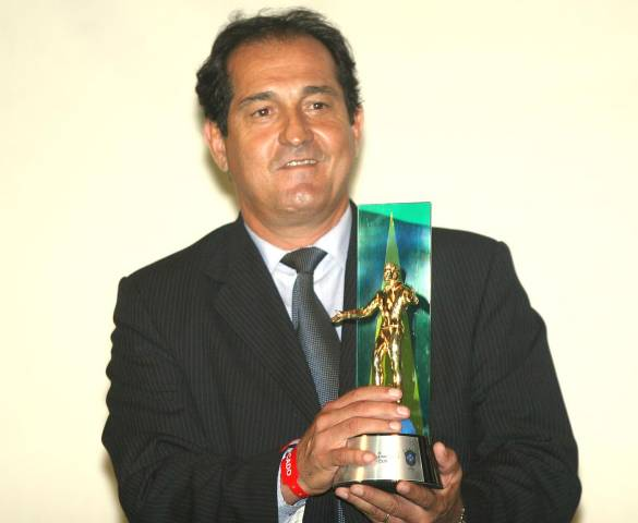 Muricy Ramalho posa com o troféu de Melhor Técnico do Brasileirão de 2007, título que ganhou quatro vezes consecutivas