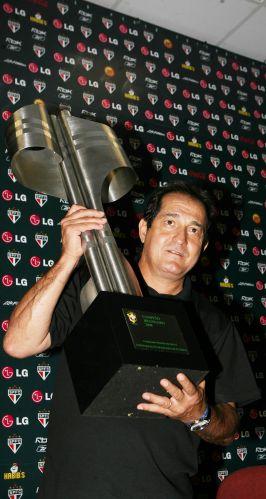 O ex-técnico do São Paulo posa com o troféu do Brasileirão de 2008