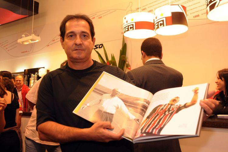 Muricy Ramalho participa da inauguração de uma das lojas do São Paulo e posa com o livro 6-3-3