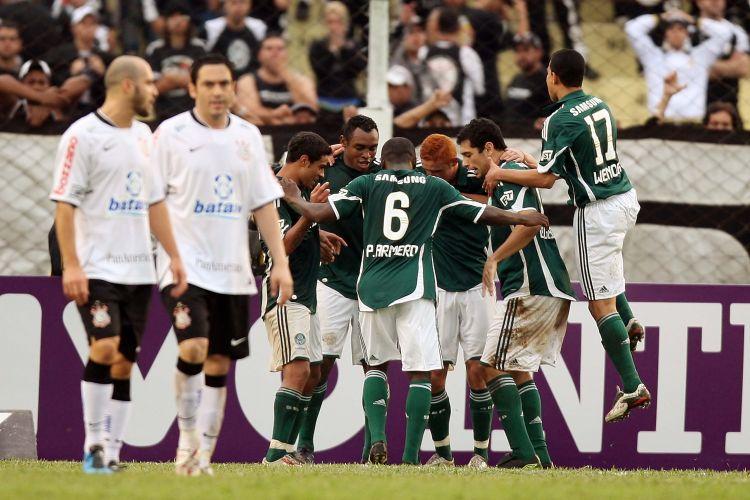 Jogadores do Palmeiras comemoram gol sobre o Corinthians. Com três gols de Obina, o time alviverde venceu por 3 a 0.