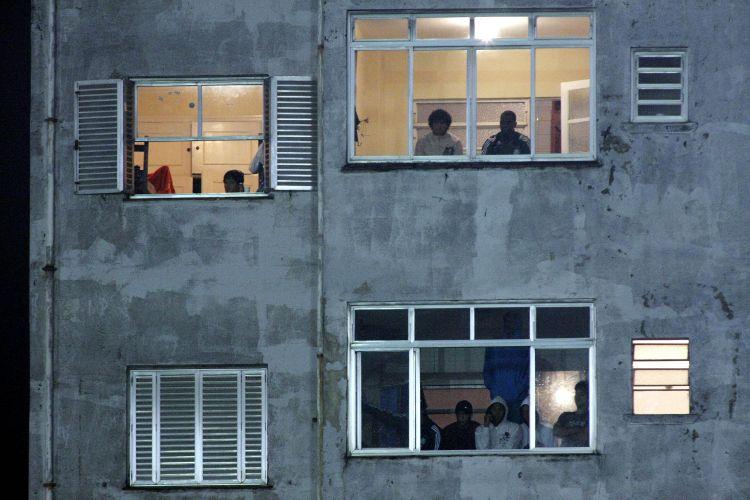 Torcedores acompanham de casa a partida entre Palmeiras e Fluminense no Parque Antarctica