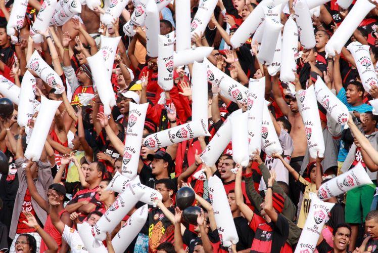 Torcida do Vitória faz festa antes da partida contra o São Paulo, no estádio Barradão