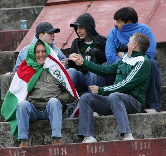 Torcida do Palmeiras se protege do frio no Palestra Itália para a partida contra o Internacional. O time paulista venceu por 2 a 1.