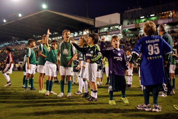 Crianças esperam o time do Palmeiras entrar em campo para a partida contra o Internacional. O time paulista venceu por 2 a 1.
