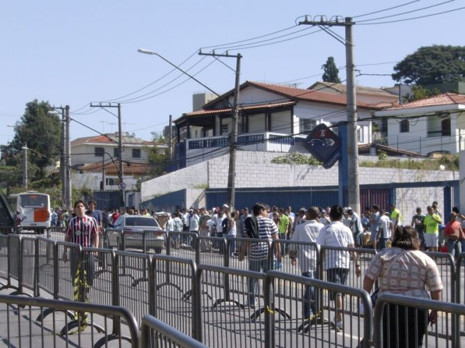 Torcedores fazem fila para entrar no estádio do Morumbi antes do clássico entre São Paulo e Palmeiras