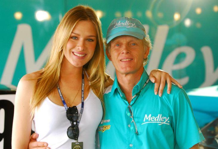 A atriz e modelo Fiorella Mattheis visitou seu pai, Andreas Mattheis, diretor-técnico da Equipe Medley, nos boxes do autódromo de Jacarepaguá. Neste fim de semana, categoria chega ao Rio Grande do Sul, com prova em Tarumã. Corrida pode decidir o campeão.