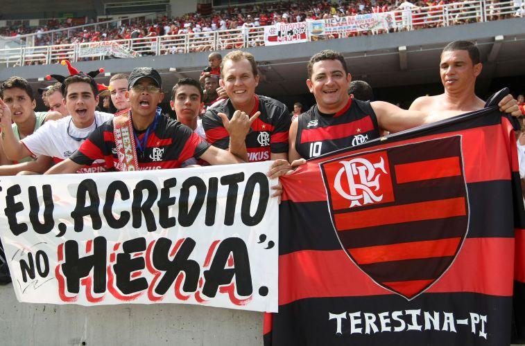 22cd7cf177 A presença dos torcedores no Maracanã é grande e expectativa é de estádio  lotado para partida do Flamengo contra o Grêmio.Time carioca venceu por 2 a  1 e ...