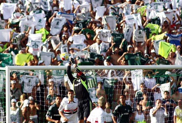 Com festa da torcida alviverde ao fundo, goleiro palmeirense Marcos faz defesa no clássico contra o São Paulo pela 10ª rodada