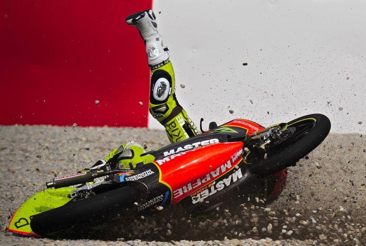 Hector Faubel, piloto da Moto125cc, leva um tombo durante treinos livres para o GP da Catalunha, em Barcelona