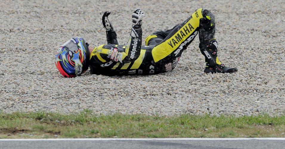 Norte-americano Colin Edwards fica no chão após acidente nos treinos livres da MotoGP em Barcelona; piloto fraturou a clavícula