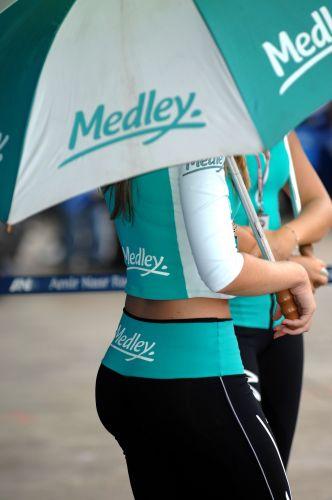 Grid girls embelezam o paddock de Interlagos antes da largada para a etapa de abertura da temporada 2010 da Stock Car