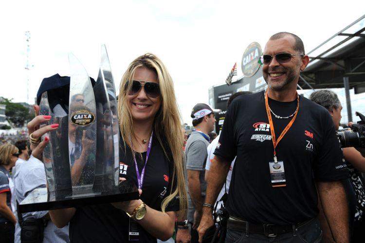 Orgulhosa, a apresentadora Renata Fan mostra o troféu de segundo lugar do namorado Átila Abreu