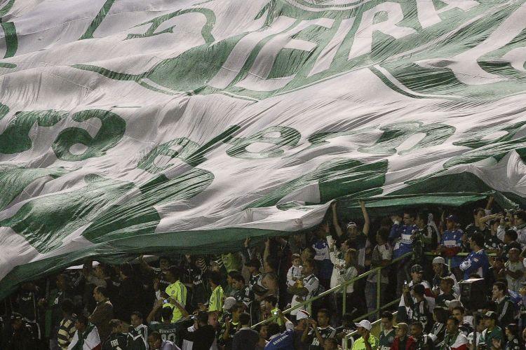 Torcida do Palmeiras estende sua bandeira na partida contra o Atlético-Go pelas quartas de final da Copa do Brasil