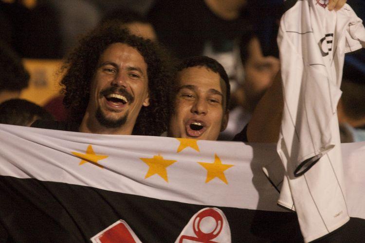 21h11: A pouco mais de meia hora do início do jogo, corintianos fazem festa no Pacaembu. Torcida confia em uma vitória sobre o Flamengo
