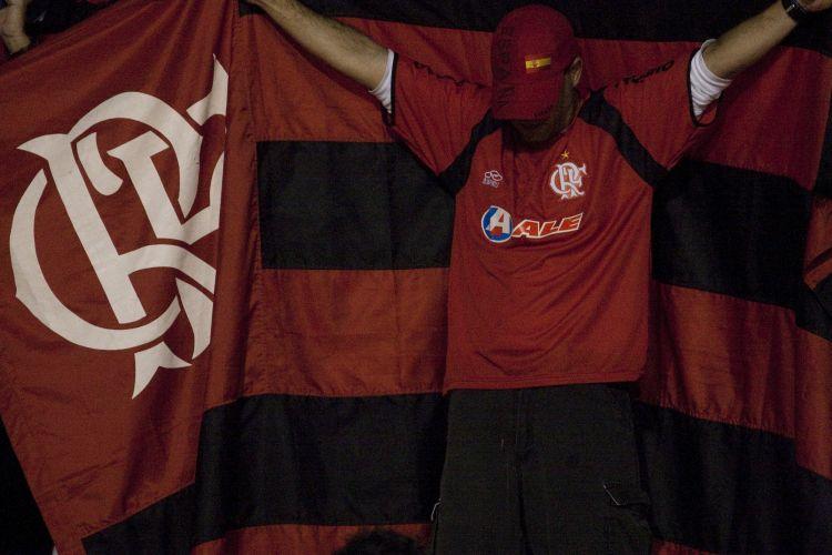 21h14: Torcedor flamenguista faz sua prece poucos minutos antes do início do jogo contra o Corinthians. Rubro-negros ocuparam uma pequena parte do Pacaembu