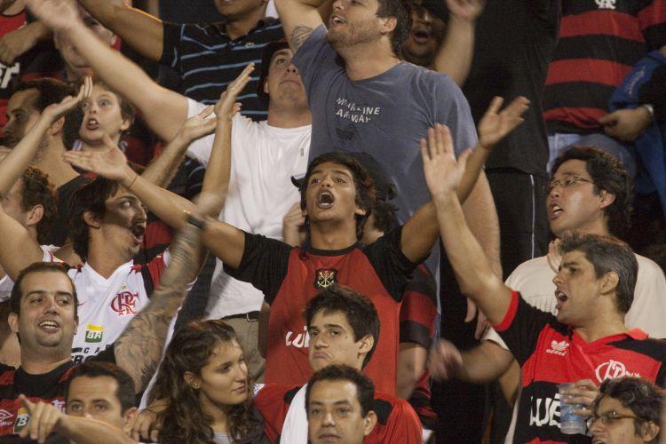 21h17: Pequena torcida do Flamengo tenta fazer frente à gigante e barulhenta torcida corintiana no Pacaembu. Time carioca chega a São Paulo com a vantagem do empate após ter vencido o primeiro jogo por 1 a 0