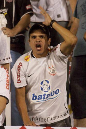 21h56: Zagueiro Ronaldo Angelim faz falta em Jorge Henrique na entrada da área, e a torcida pede cartão amarelo. O juiz uruguaio Roberto Silvera não pune o flamenguista, mas marca a infração