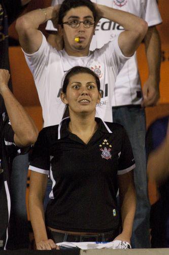 22h14: ... e o goleiro Bruno faz grande defesa. Corinthians ameaça, mas esbarra na defesa flamenguista