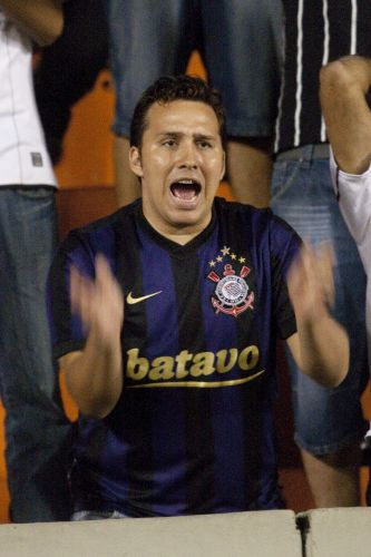 22h14: Mais uma chance clara de gol do Corinthians volta a acender a torcida alvinegra no Pacaembu