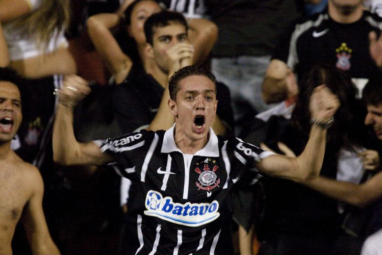 22h21: Torcedor explode de emoção. Após cruzamento de Danilo direcionado a Ronaldo, David tenta interceptar e acaba marcando um gol contra. Corinthians abre 1 a 0 no Pacaembu e, neste momento, vai levando o jogo para os pênaltis
