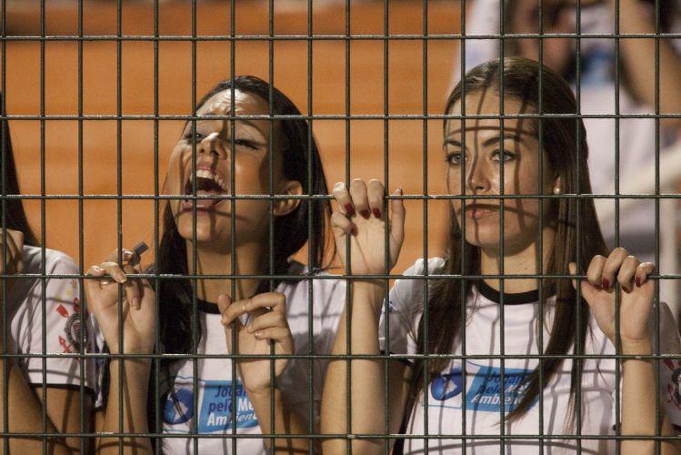 22h29: Belas torcedoras corintianas se agarram ao alambrado e gritam para apoiar o time