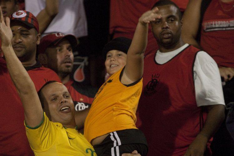23h01: Torcida flamenguista comemora o gol de Love, gol que vale a classificação às quartas de final da Libertadores