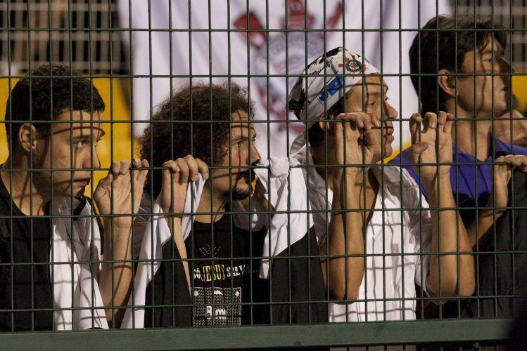 23h04: Torcida corintiana assiste, apreensiva, ao crescimento do Flamengo no jogo