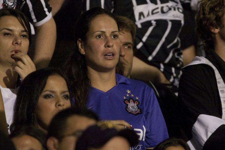 23h07: Léo Moura cruza a bola rasteira na área corintiana, mas Chicão tira. O Flamengo assusta