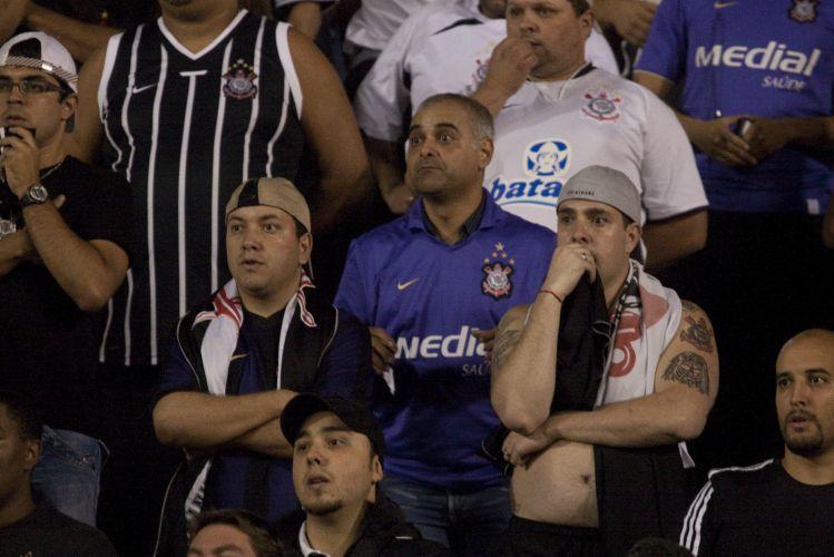 23h14: Dentinho puxa o contra-ataque corintiano, tabela com Jorge Henrique...