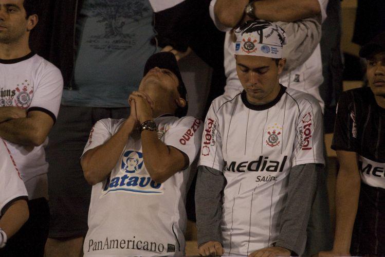 23h19: Contra-ataque rápido do Flamengo, Vágner Love toca para Adriano e o centroavante chuta cruzado. A bola passa à esquerda de Felipe e sai. O sufoco corintiano só aumenta