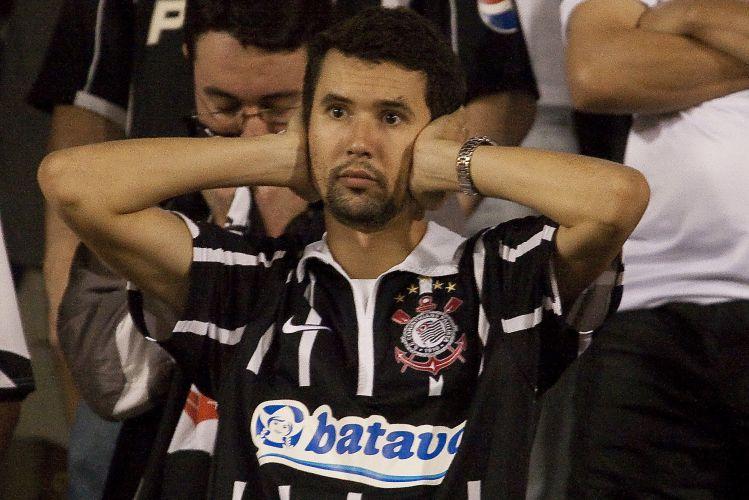 23h38: Torcedor vê o Corinthians chegar mais vezes, mas o Flamengo tem chances mais claras de gol. Segundo tempo já passa dos 40 minutos