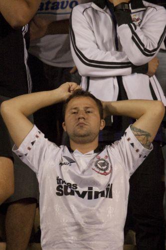 23h43: O árbitro apita fim de jogo no Pacaembu. Corinthians vence o Flamengo por 2 a 1, mas está novamente eliminado da Libertadores