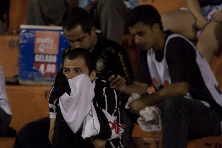 23h52: Alguns torcedores ficam no estádio mesmo após o final da partida