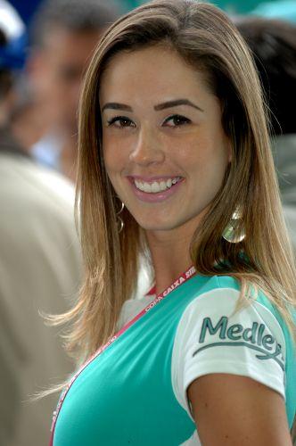 Modelo sorri para o fotógrafo antes do início da Corrida do Milhão, 7ª etapa da Stock Car
