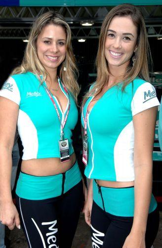 Modelos no paddock de Interlagos; Corrida do Milhão foi conquistada por Ricardo Maurício, da equipe Eurofarma RC