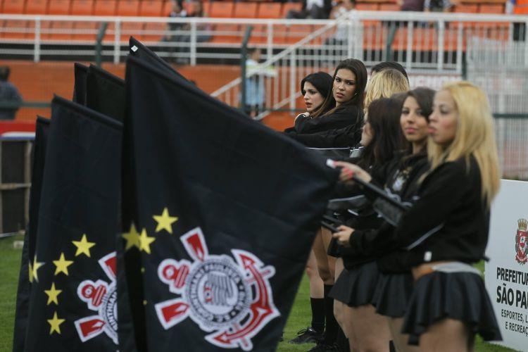 Animadoras de torcida do Corinthians se preparam para o início do jogo com o Atlético-GO, no Pacaembu.