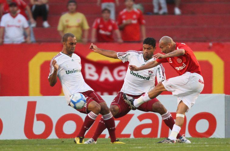 Guiñazu tenta o chute, mas é travado por Gum e Leandro Euzébio