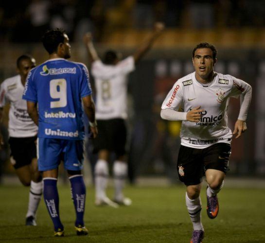 Bruno Cesar parte para comemorar o gol que abriu o placar para o Corinthians contra o Avaí nesta quarta-feira no Pacaembu. Meia é o aniversariante do dia