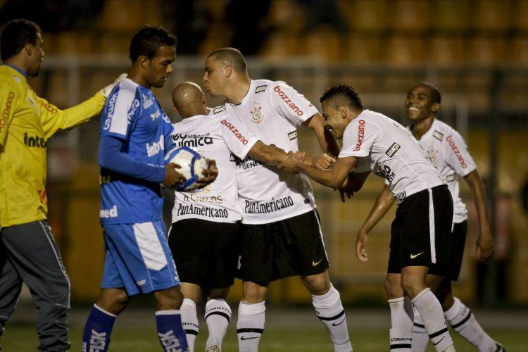 Ronaldo beija a careca de Roberto Carlos ao comemorar um de seus gols pelo Corinthians na vitória por 4 a 0 contra o Avaí. O atacante jogou o tempo inteiro pela quarta vez seguida e marcou dois gols na partida, sendo um deles de pênalti