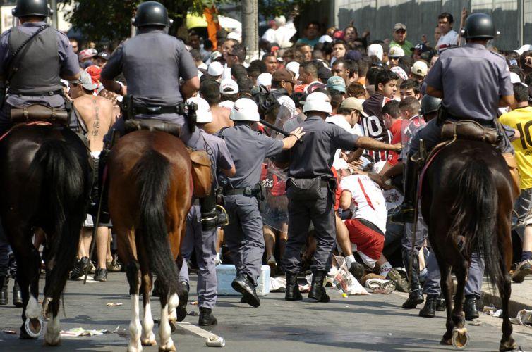 Policiais se mobilizam para verificar incidente ocorrido antes do início do clássico entre São Paulo e Corinthians no estádio do Morumbi