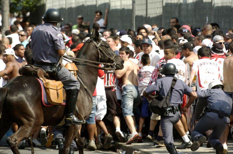 Policiais se mobilizam para conter torcedores do São Paulo antes do início do clássico contra o Corinthians no estádio do Morumbi