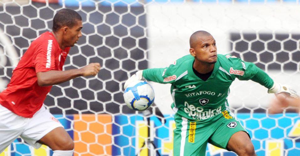 Goleiro Jefferson faz reposição de bola no duelo entre Botafogo e Internacional no Engenhão
